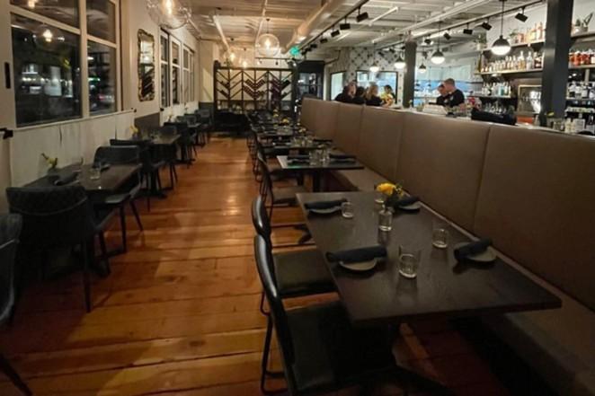 Scatto interno di New Posa Food & amp;  Bevi a NW Calvestan.  - Donna Britt