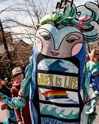 Los Guardianes de la Tierra, obra de arte del artista local Teafly, este año no encabezarán un desfile, pero estará compartiendo la historia de su origen para la audiencia joven.