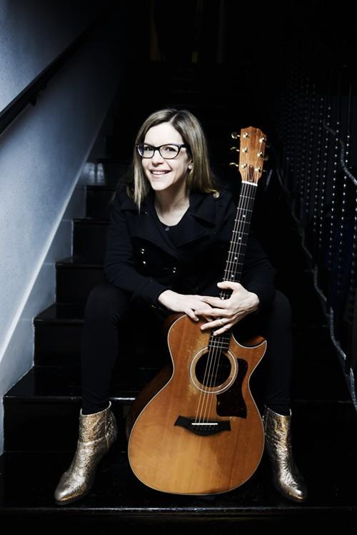 Lisa_Loeb_with_Guitar.jpg