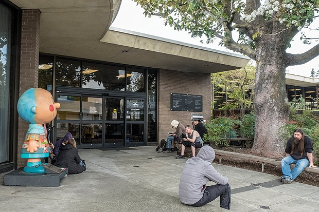 E STREET READS The Santa Rosa main library embraces digital as it celebrates the printed word.