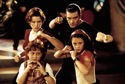 LIONSGATE & MIRAMAX - FAMILY AFFAIR: Daryl Sabara, Alexa Vega (front), Carla Gugino and Antonio Banderas (back) in Spy Kids.