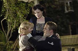 CYLLA VON TIEDEMANN / PICTUREHOUSE - FAMILY REUNION: It's laughter and tears for the Kittredges (Abigail Breslin, Julia Ormond and Chris O'Donnell) in Kit Kittredge: An American Girl.