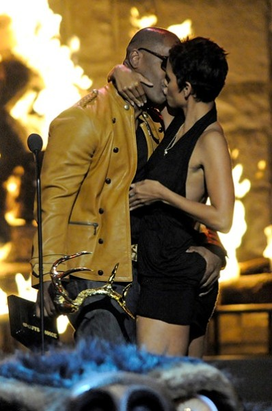 halle-berry-jamie-foxx-make-out.jpg