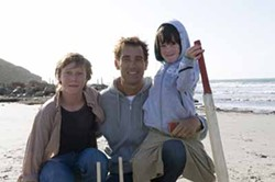 MATT NETTHEIM / MIRAMAX - MEET THE PARENT: George MacKay, Clive Owen and Nicholas McAnulty in The Boys Are Back.