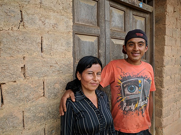 Peruvian coffee farmer Rosa Lloclla and son Norberto. (Photo by Nahun Rodriguez)