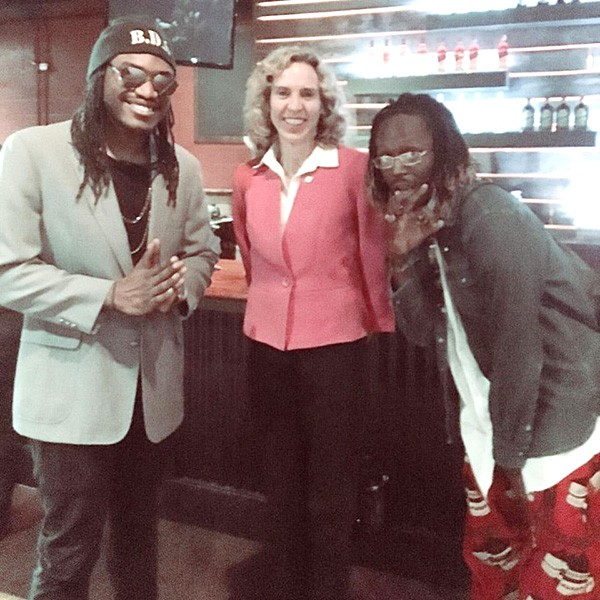 Kizzy (left) and Tizzy get Th3 Mayor Jennifer Roberts Higher. (Photo by Black Linen)