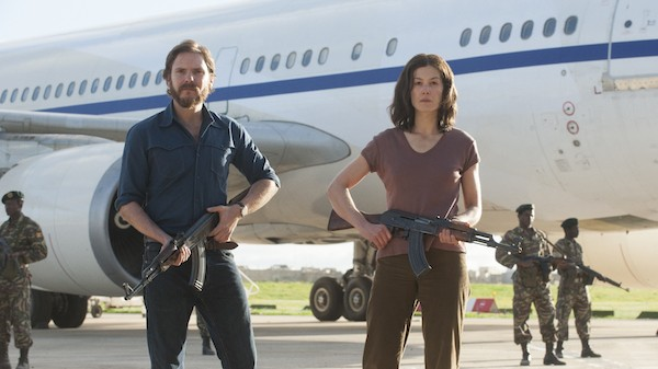 Daniel Brühl and Rosamund Pike in 7 Days in Entebbe (Photo: Focus Features)
