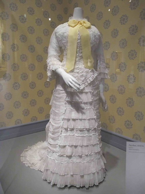 American Day dress, 1878/80, made of white cotton batiste