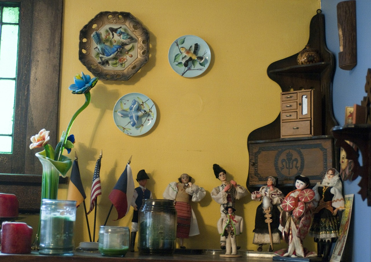 Generous How To Display Decorative Plates On The Wall Images - The ...