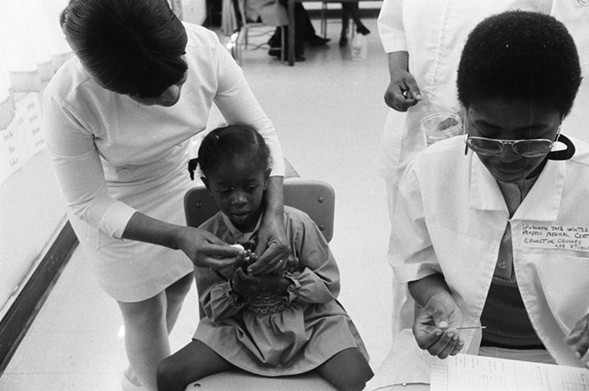 Black Panthers aid in sickle-cell anemia testing for children at Penn Elementary School in North Lawndale in 1971. - SUN-TIMES NEGATIVE COLLECTION