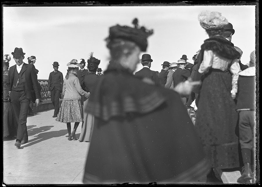 Crowds stroll along a promenade in Lincoln Park. - RUDOLPH F. MICHAELIS / COURTESY NEWBERRY LIBRARY