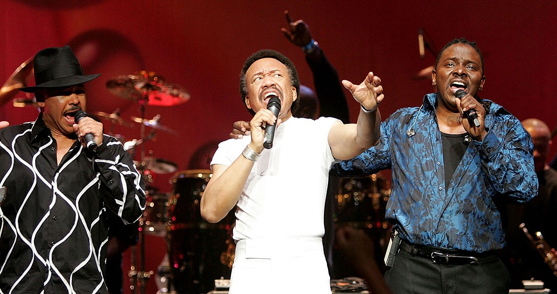 Maurice White flanked by singers Ralph Johnson and Philip Bailey during an Earth, Wind & Fire set in Los Angeles in 2004 - PHOTO BY CARLO ALLEGRI/GETTY IMAGES