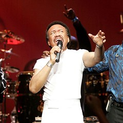 Maurice White flanked by singers Ralph Johnson and Philip Bailey during an Earth, Wind & Fire set in Los Angeles in 2004