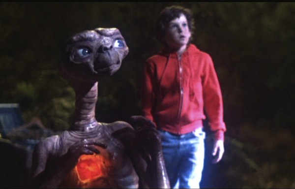 E.T. with his heart light on. - UNIVERSAL PICTURES