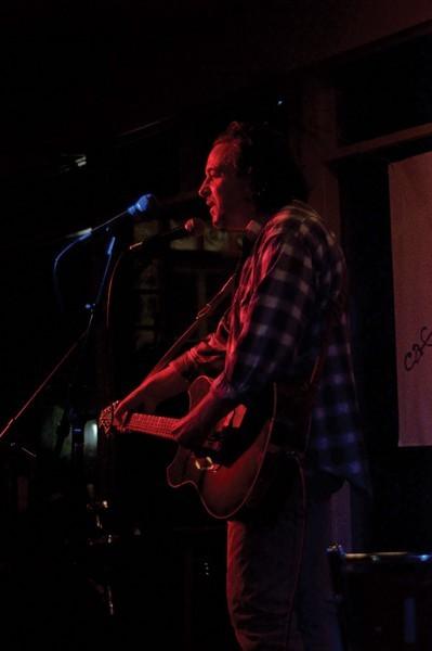 Jules Shear performing.