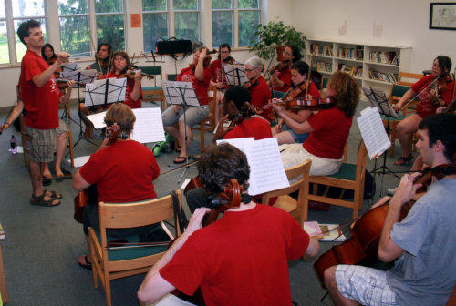 Stringendo students rehearse.