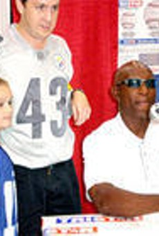 Eric Dickerson was kind enough to pose for a photo. He was not kind enough to stand or take off his shades.