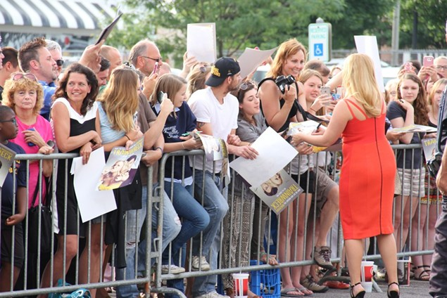 Amy Schumer signing autographs. - CAITLIN SUMMERS / SCENE