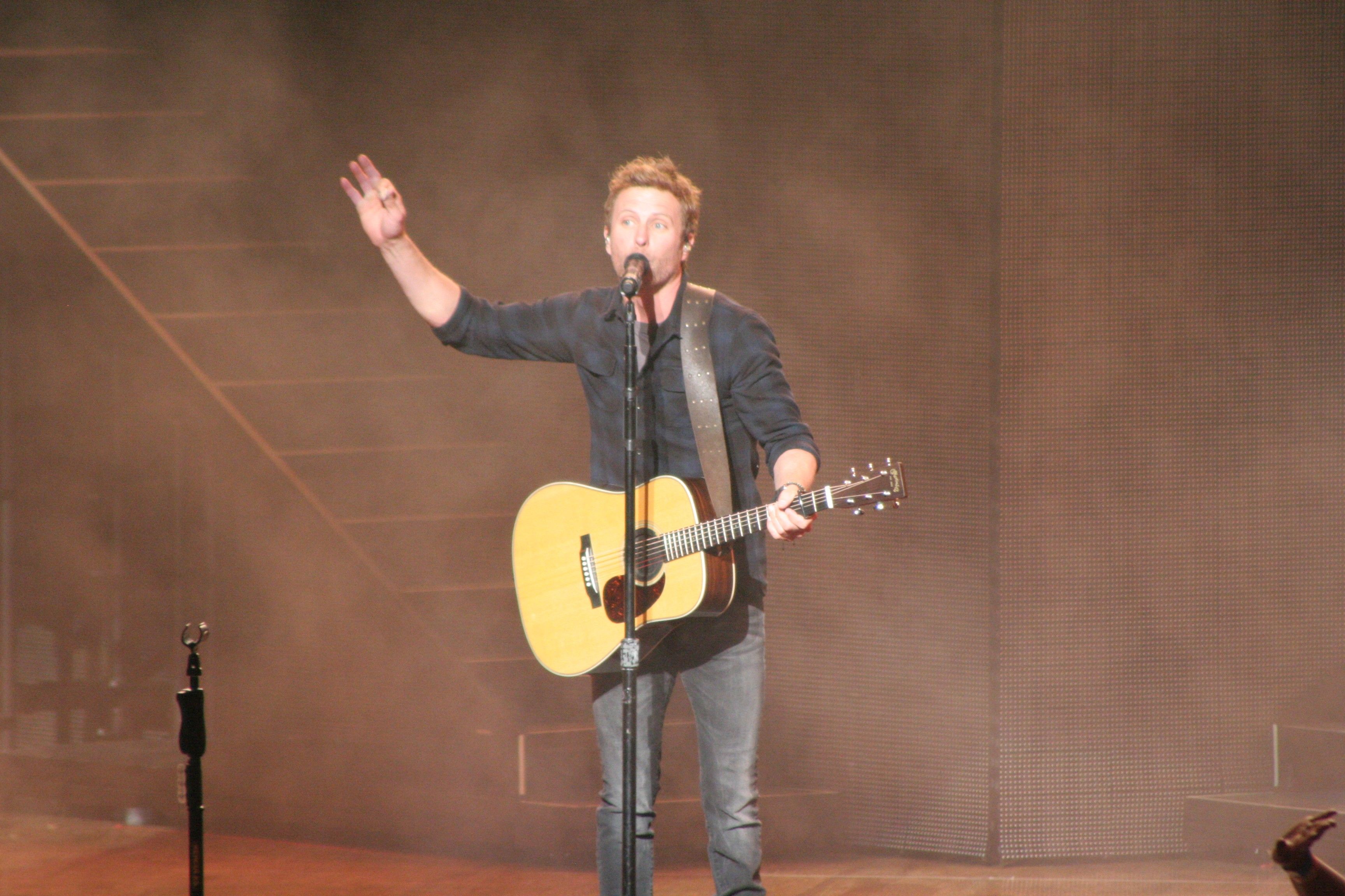 country singer dierks bentley delivers energetic performance at