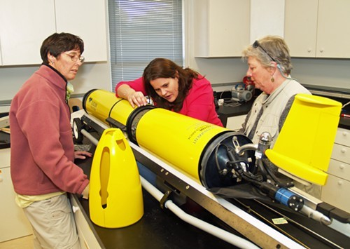 Catherine Edwards (center) describes the workings of a glider to Mary Sweeney-Reeves (l) and Mare Timmons.
