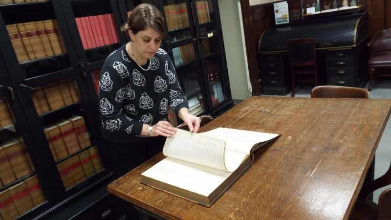 Luciana Spracher in the municipal archives in City Hall