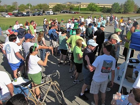 road_bowling-crowds_gathering_at_the_start.jpg