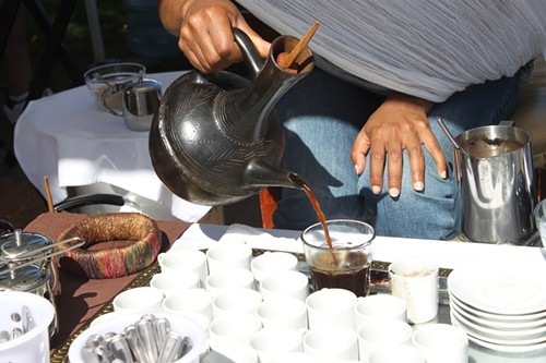 Pouring unfiltered coffee from the jébeena.
