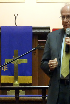 Robert Warshaw speaking at a community forum in Oakland in 2016.