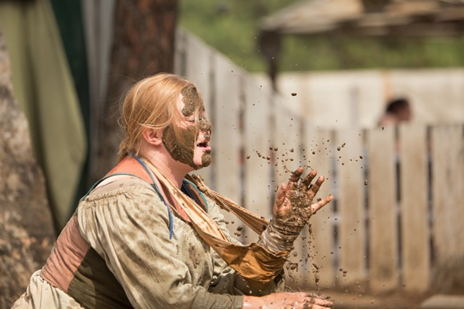 Fiona Thornton acts during a Mud Show. - YOUNG KWAK