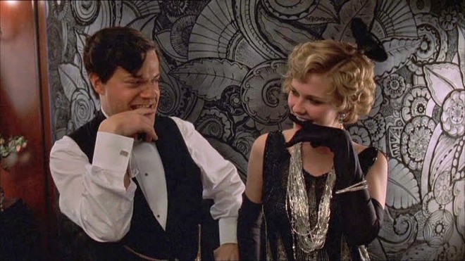 Eddie Izzard as Charlie Chaplin and Kirsten Dunst as Marion Davies in The Cat's Meow.