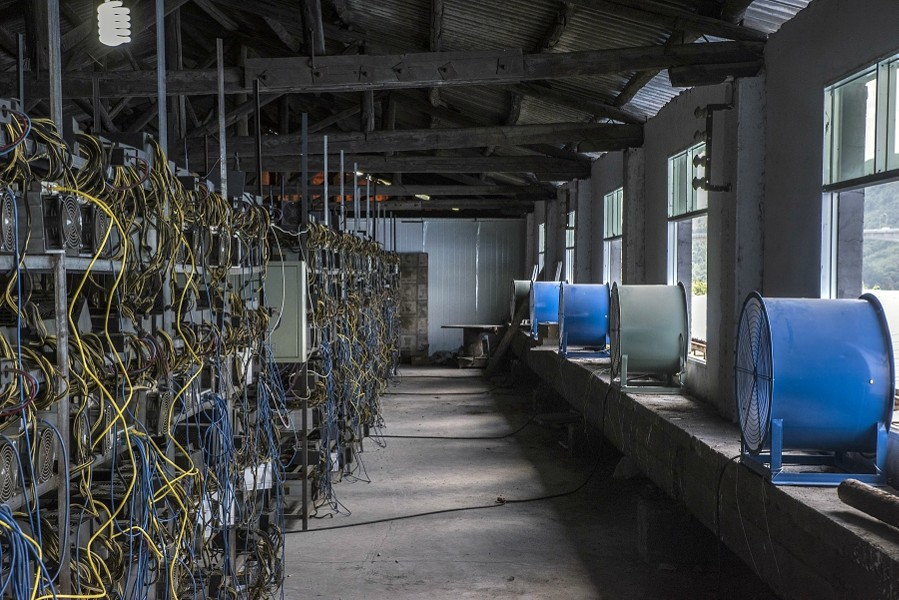 Racks of Bitcoin mining machines at a server farm in Guizhou, China, June 23, 2016 - GILLES SABRIE/THE NEW YORK TIMES