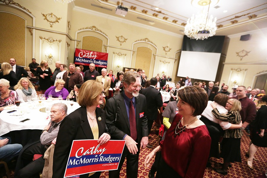 U.S. Rep. Cathy McMorris Rodgers (R), right, speaks with Ken Issacs, center, and his wife Julie. - YOUNG KWAK
