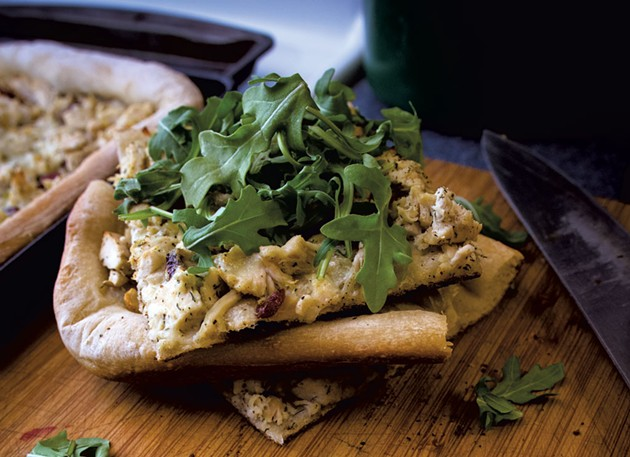 Chicken salad pizza with arugula - SAM SIMON