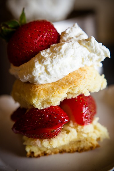 Biscuits, strawberries and whipped cream - SAM SIMON