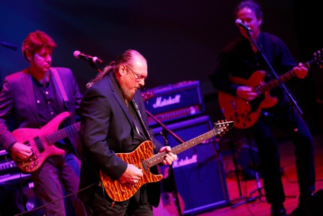 Steve Cropper leading the house band through In the Midnight Hour