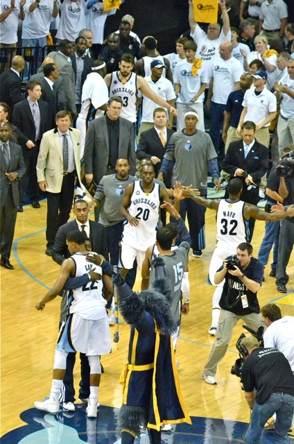 The Grizzlies celebrate after pulling even with the Clippers.