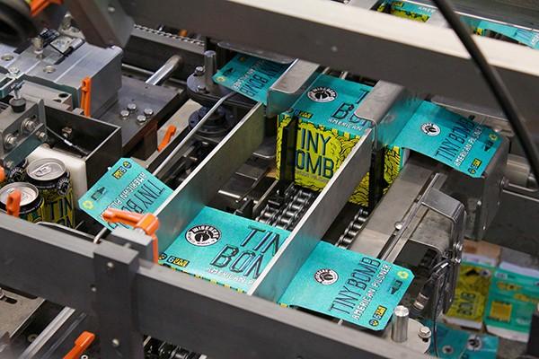 Les six paquets Wiseacre sont désormais emballés dans des boîtes en carton, plutôt que des porte-bagues en plastique. - WISEACRE BREWING CO.