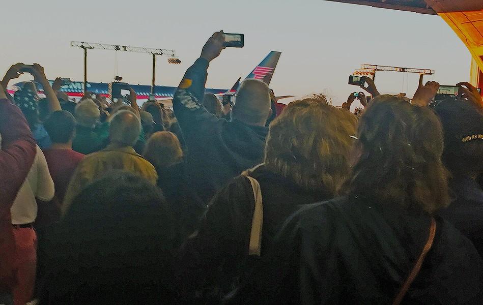 crowd_welcomes_trump_plane.jpg