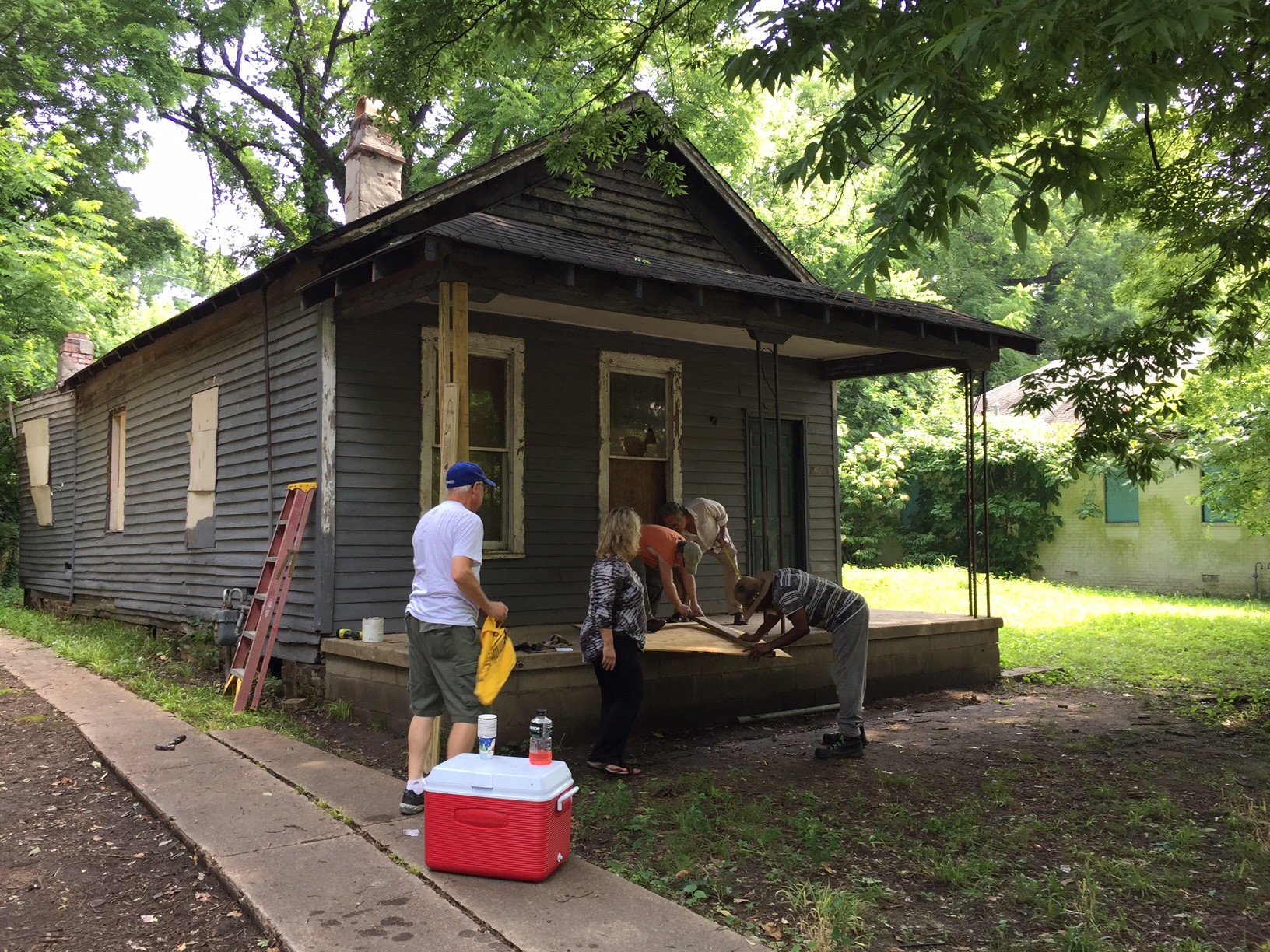 Click To Enlarge Memphis Heritage Volunteers Attempt To Secure Aretha  Franklinu0027s Birthplace Home.   BIANCA PHILLIPS