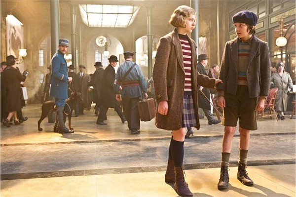 Chloe Grace Moretz (l.) and Asa Butterfield wind it up in Hugo.
