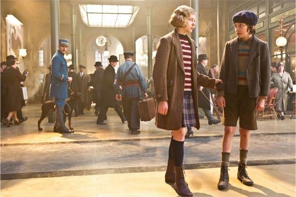Chloe Grace Moretz (l.) and Asa Butterfield wind it up in Hugo.