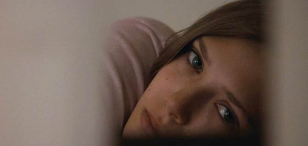 Martha Marcy May Marlene: Elizabeth Olsen in not a twin.