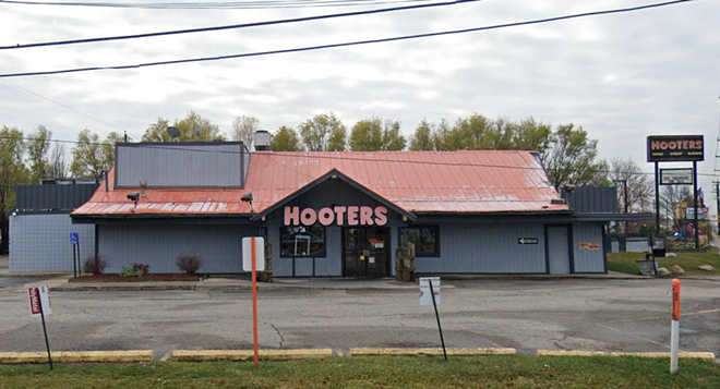 The Roseville Hooters was starting to look a bit worn down. - GOOGLE MAPS