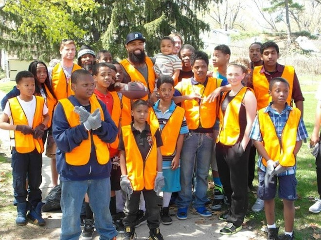 Former Detroit Lion Deandre Levy poses with Hydrate Detroit volunteers. - PHOTO COURTESY HYDRATE DETROIT