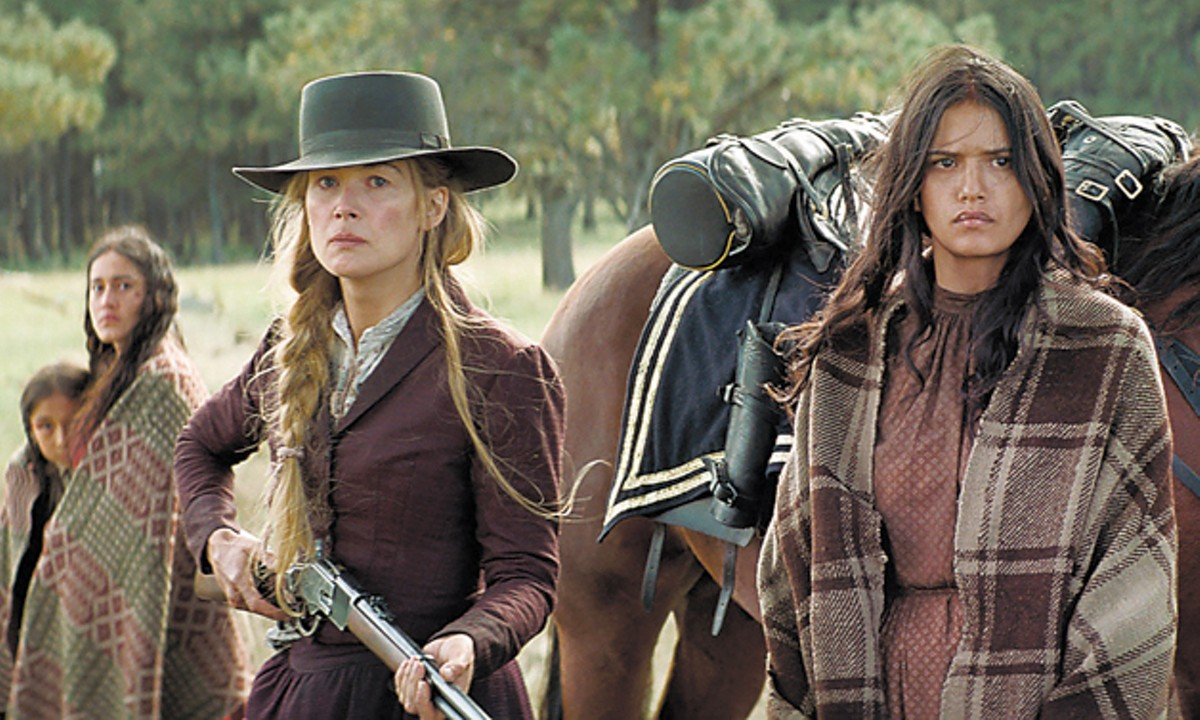 Rosamund Pike and Tanaya Beatty in Hostiles.