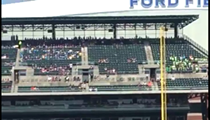 Video: streaker jukes out security during Tigers game