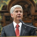 Rick Snyder's approval rating drops, again