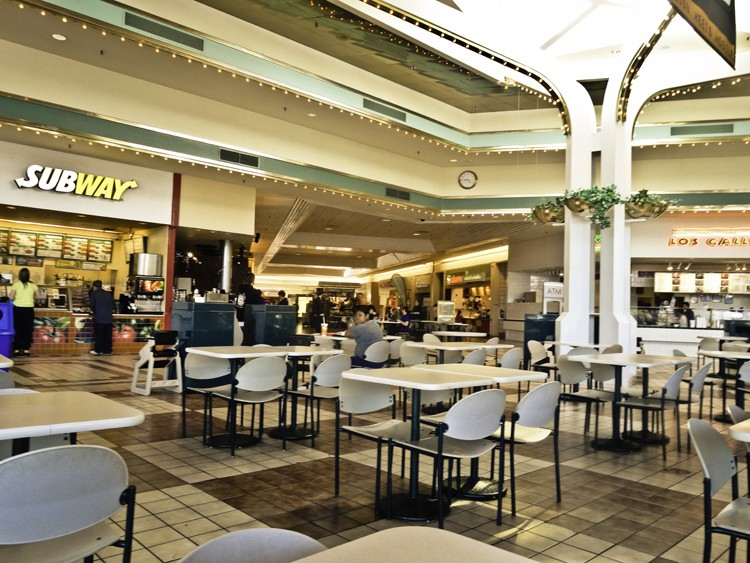 Food court at the Bayshore Mall - DERIC MENDES