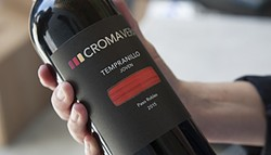 31fd5f20_croma-vera-wines-joven-in-hand.jpg