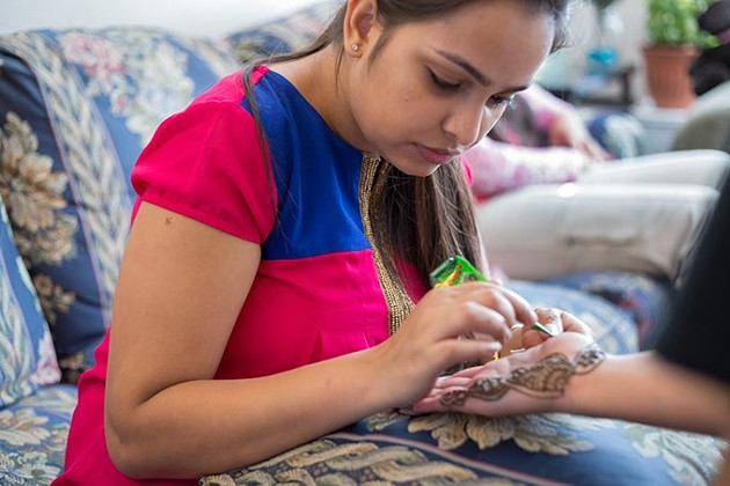 Debaroti Ghosh applies mehendi (henna) tattoos on customers in Oklahoma City on Sunday, August 7, 2016. - EMMY VERDIN